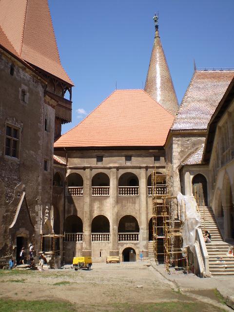 Castelul Huniazilor (curtea interioară)